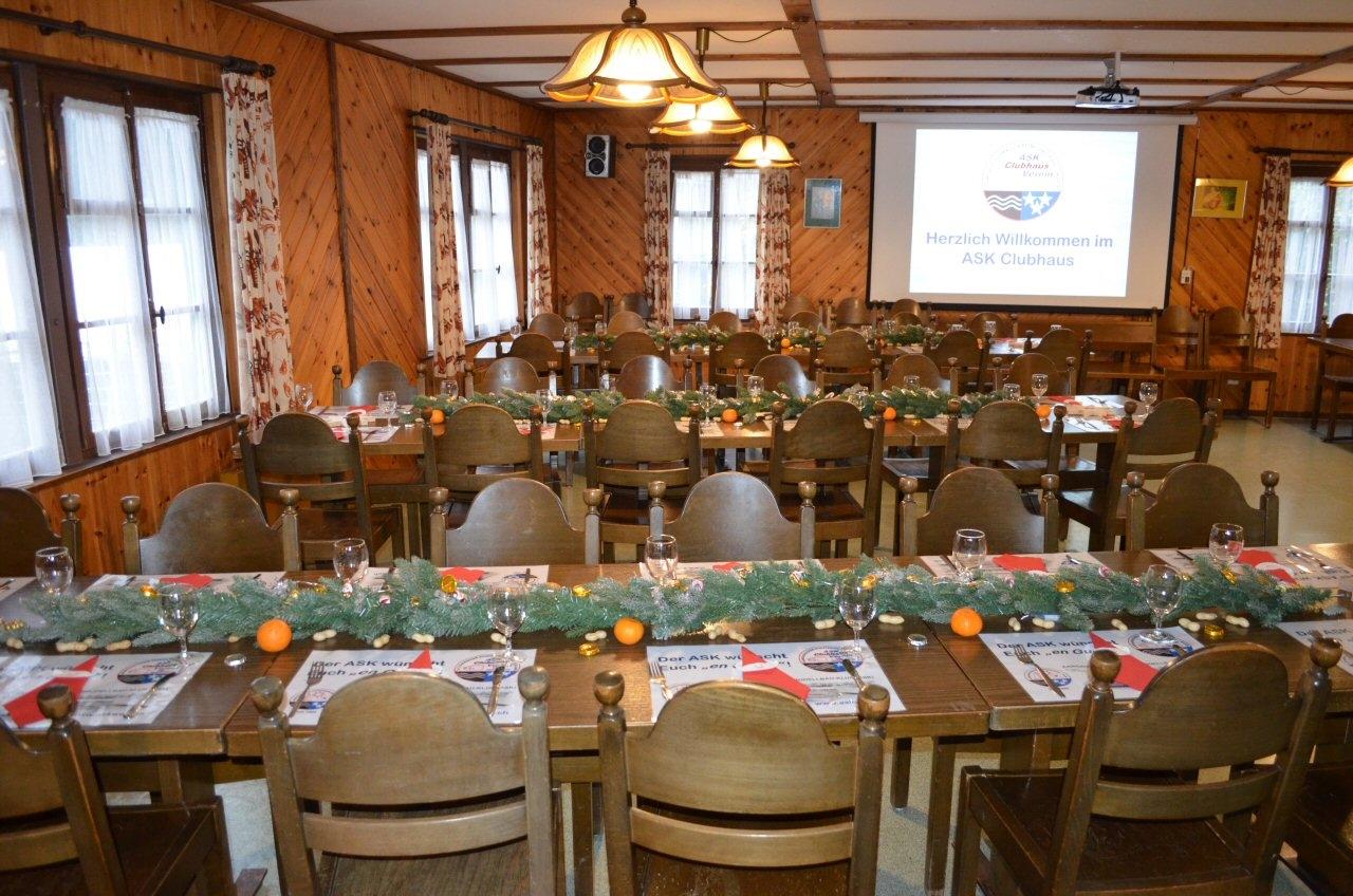 Die Tische sind gedeckt und warten auf die Gäste